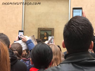 Crowd of people around the MonaLisa